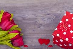 Schöne Tulpen und Geschenk Stockfotografie