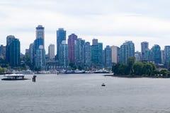 Schöne Ufergegendansicht von im Stadtzentrum gelegenem Vancouver Stockfotos