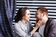 Schöne umarmende und sprechende Paare Tiefe Gefühle, Liebe, Neigung Nahes vertrauendes Verhältnis zwischen einem Mann und einem a stockbild