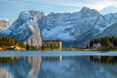Schöne Umgebungen des Misurina Sees der Hintergrund Sorapiss-Berg und Cristallo-Berg der Norddolomit Europa notwendigkeiten stockfotografie