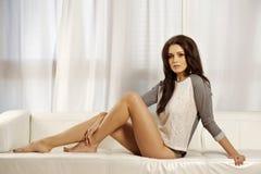 Schöne und attraktive weibliche Frau, die im grauen Hemd auf Th aufwirft Lizenzfreie Stockbilder
