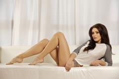 Schöne und attraktive weibliche Frau, die im grauen Hemd auf Th aufwirft Lizenzfreie Stockfotografie