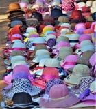 Schöne und bunte Hüte auf der Anzeige vibrierend, Mehrfarbenzusammenfassung an den runden geometrischen Formen stockfotografie