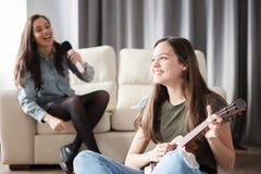 Schöne und erstaunliche Leute haben viel Spaß im Wohnzimmer Stockbild