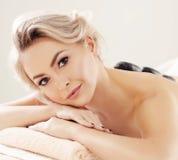 Schöne und gesunde blonde Frau, die Badekurorttherapie erhält und Behandlungen massiert stockfotos