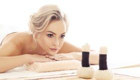 Schöne und gesunde blonde Frau, die Badekurorttherapie erhält und Behandlungen massiert lizenzfreie stockfotos