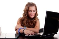 Schöne und glückliche blonde junge Frau, schauend zu stockbilder