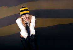Schöne und glückliche blonde Schreie etwas in a Stockfoto