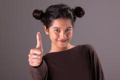 Schöne und glückliche junge Frau, mit tumb oben lizenzfreie stockfotos