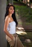 Schöne und glückliche lateinische Frau, auf einem Park stockfotografie