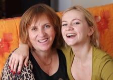 Schöne und glückliche Mama mit einer Tochter lizenzfreie stockbilder