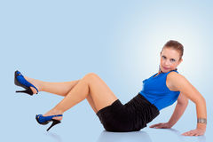 Schöne und glückliche Mittleralter Frau, auf dem Fußboden stockfoto