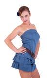 Schöne und glückliche Mittleralter Frau im blauen Kleid lizenzfreie stockfotografie