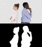 Schöne und hübsche Kerlstellung zurück zu ändernden Haltungen der Rückseite, Alpha Channel stockfotos