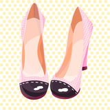 Schöne und nette rosa Schuhe in den gelben Erbsen Stockfotografie