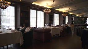 Schöne und reich gediente Tabellen im Restaurant Ein gemütlicher verzierter Raum mit ledernen Sofas und comfortabe Lehnsesseln stock video footage