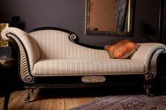Schöne und reiche Couch stockfoto