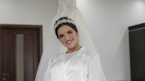 Schöne und reizende Braut im Nachtkleid und -schleier Ein Fragment der Hochzeitsordnung Langsame Bewegung stock video