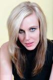 Schöne und reizvolle blonde Frau mit blauen Augen Stockfotos