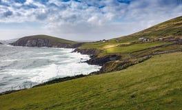 Schöne und schroffe irische Küstenlinie auf der Dinglehalbinsel stockfotografie