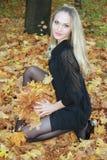 Schöne und sexuelle Blondine im Wald Lizenzfreies Stockfoto