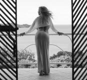 Schöne und sexy Frau auf Balkon von hinten Lizenzfreies Stockfoto