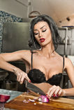 Schöne und sexy Frau in der Küche Lächelnder Brunette, der Lebensmittel zubereitet Junges Mädchen, das den schwarzen BH schneidet Stockfotos