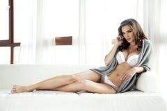 Schöne und sexy Frau in der Wäsche und in der Strickjacke Stockbild