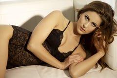Schöne und sexy Frau, die schwarze Wäsche trägt Stockfotografie