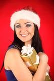 Schöne und sexy Frau, die Weihnachtsmann-Kostüm trägt stockbilder