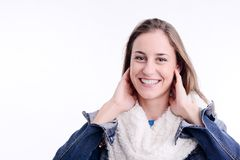 Schöne und sexy vorbildliche Aufstellung der jungen Frau mit Winterausstattung in einem Studio auf weißem Hintergrund Lizenzfreie Stockfotografie
