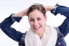 Schöne und sexy vorbildliche Aufstellung der jungen Frau mit Winterausstattung in einem Studio auf weißem Hintergrund Stockfoto