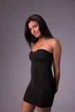 Schöne und sinnliche lateinische Frau, in einem schwarzen Kleid stockfotos