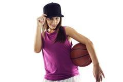 Schöne und sportliche Frau, die Basketball hält lizenzfreies stockbild