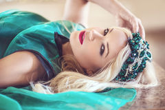 Schöne und stilvolle Dame Lizenzfreies Stockfoto