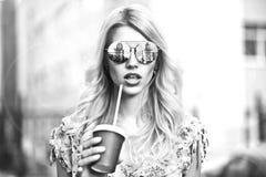 Schöne und stilvolle Dame Lizenzfreie Stockfotos