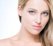 Schöne und verlockende junge Frau mit reiner Haut Lizenzfreie Stockfotografie