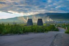 Schöne und wilde Tundra der Arktis in Russland und in der Industrieanlage Arbeiten werfen ihren Abfall in die Atmosphäre stockfotografie
