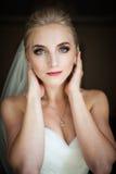 Schöne unschuldige blonde Braut mit den blauen aufwerfenden Augen, Gesicht clos Lizenzfreie Stockfotografie