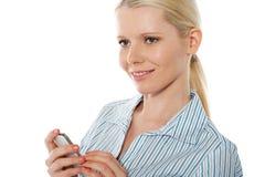 Schöne Unternehmensfrau, die Mobiltelefon verwendet stockfoto