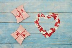 Schöne Valentinsgrußtagesgeschenkbox auf blauem hölzernem Hintergrund romantische Hintergrundgrußkarte, Kasten, Streifen und Herz stockfoto