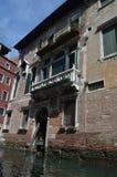Schöne venetianische Art-Paläste gesehenes Gehen auf Gondel in Venedig Reise, Feiertage, Architektur 29. März 2015 Venedig, Venet stockbild