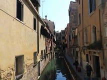 Schöne venetianische Straße, Touristen gehören zur Taschenansicht von der Rückseite und von den Kanälen an einem Sommertag,  stockfotografie