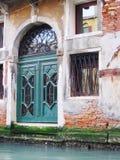 Schöne venetianische Türen Stockbilder