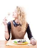 Schöne verlockende blonde Frau mit dem gelockten Haar die Sushi mit Essstäbchen u. großem Vergnügen essend lokalisiert auf weißem  Lizenzfreie Stockfotos