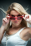 Schöne verlockende blonde tragende Sonnenbrille stockfotografie