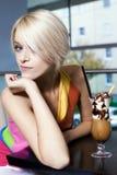 Schöne verlockende Frau an einem Zähler in einem Café Lizenzfreie Stockfotos