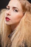 Schöne verlockende Frau mit den zerteilten Lippen Stockbilder