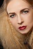 Schöne verlockende Frau mit den zerteilten Lippen Stockfotos