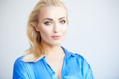 Schöne verlockende junge blonde Frau Lizenzfreie Stockfotos